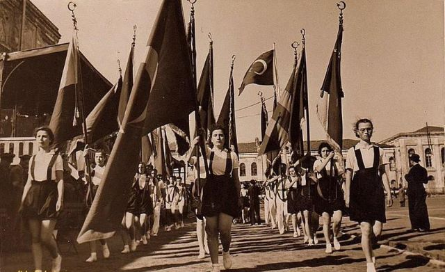1939 yılında  yapılan bir 19 mayıs kutlaması genç öğrenciler ellerinde büyük Türk bayrakları ile yürüyor.