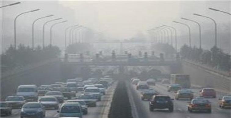kentsel hava kirliliği, gidiş geliş toplam altı şeritli bir otoyol araçlarla dolu hava egzos dumanları ile gri renk