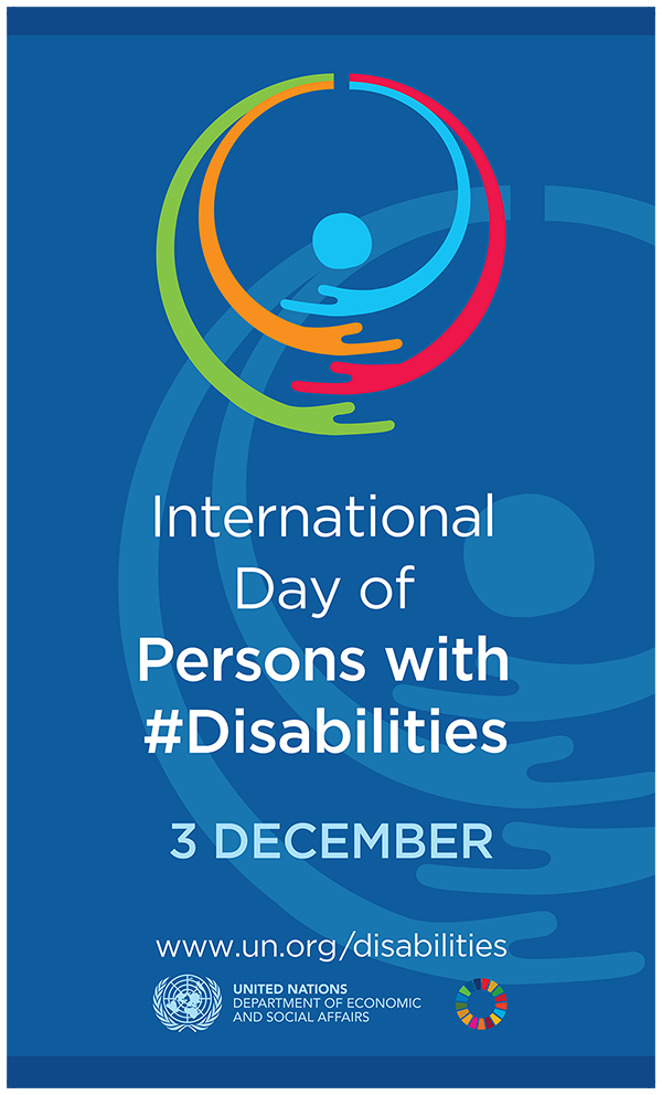 Birleşmiş Milletlerin bu yılki 3 aralık dünya engelliler günü afişi. Lacivert bir zemin rengi üzerinde ortada bir başı temsilen yuvarlak onun etrafında birbirini kucaklayan farklı renkte iç içe geçmiş kollar çizgi grafik şeklinde resmedilmiş. altta www.un.org/disabilities yazmakta