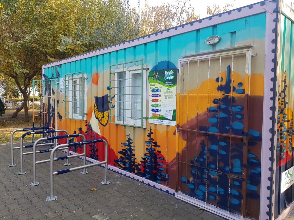 Eşpedal İnciraltı eğitim konteyneri ve Yeşile çevir istasyonu önden görünüm