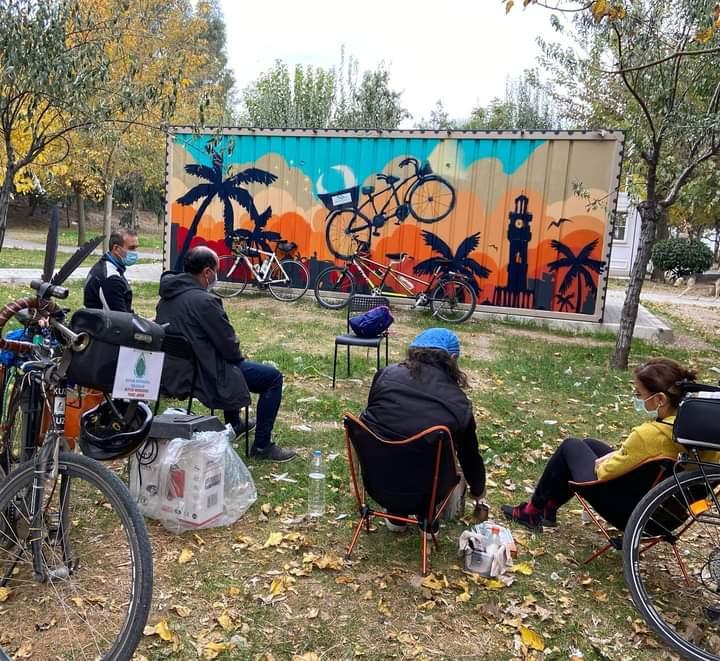 Eşpedal İnciraltı eğitim konteyneri ve yeşile çevir istasyonu arka bahçe görünümü. Görselde bir eşpedallı gönüllüler urim baba ile kahve eşliğinde sohbet halinde